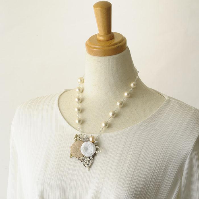 ヴィンテージのボタンとパールのネックレス