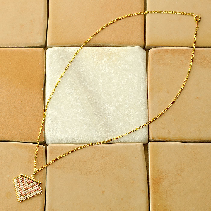 ビーズファクトリー 増やし目減らし目が学べる デリカビーズ織りアクセサリーキット〜ポリゴン・ペンダント(ゴールド)〜  BKF-497