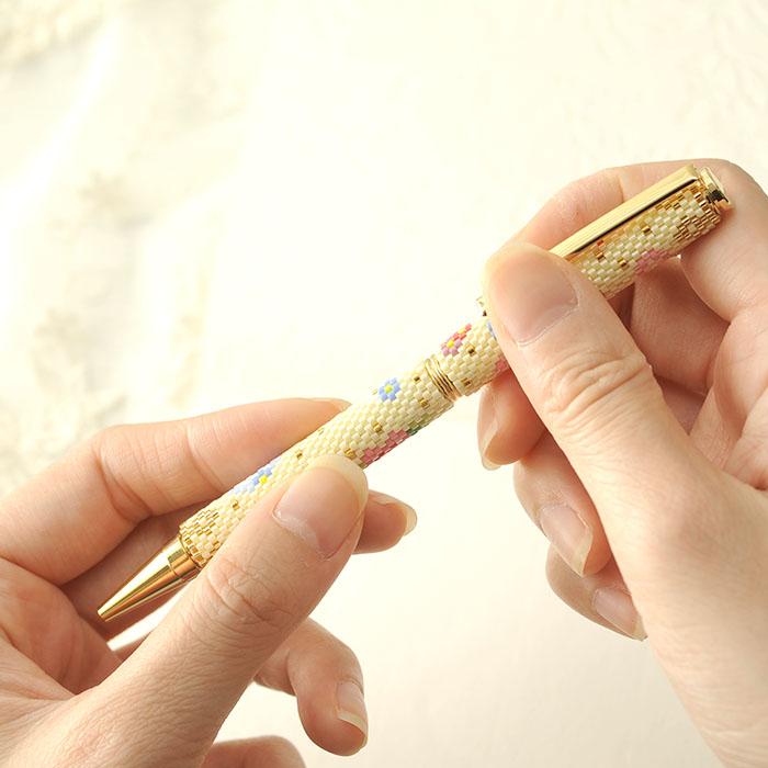 彩とりどりのふんわり花手毬ペン