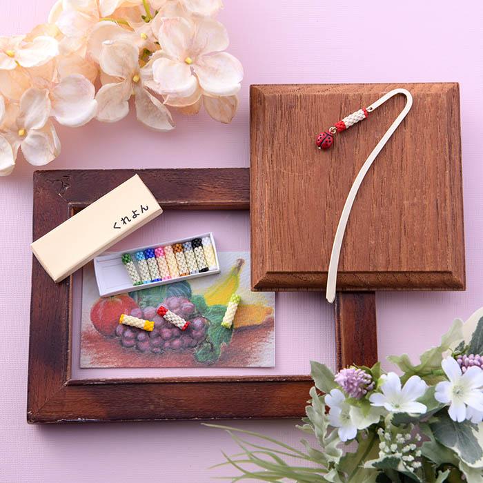 12色のくれよんセットと天道虫の栞(※組立式くれよん箱と複製くれよん画付)  BS-C-L-0003 Latief・3Dよーこ