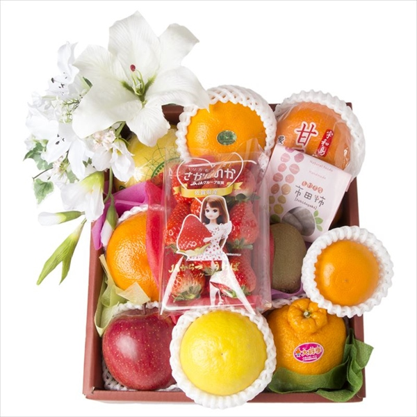 �お供えの果物を彩りよく詰め合わせます