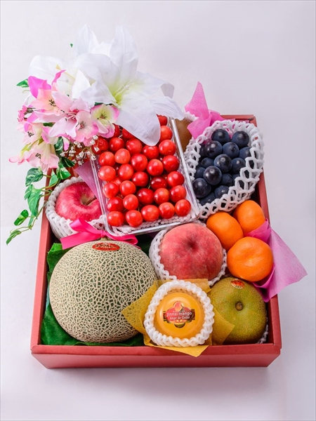 �豪華な果物たちを花飾りが彩るフルーツギフト