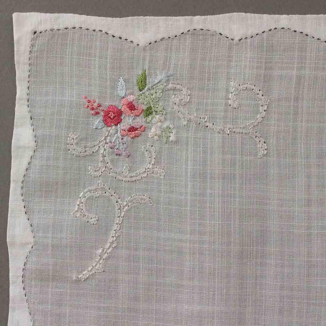 【送料無料】ベトナム手刺繍ハンカチ 花 5213 ホワイト