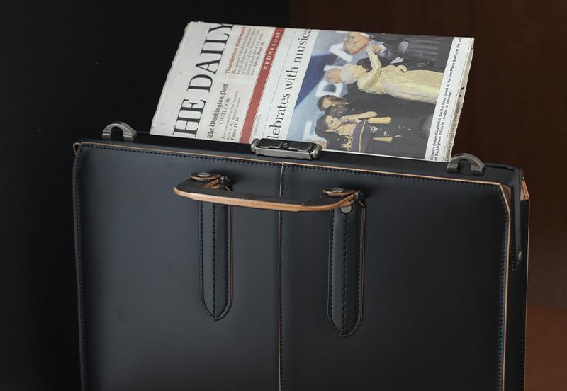 青木鞄 COMPLEX GARDENS ガラス牛革ダレスバッグ 枯淡 ブラック