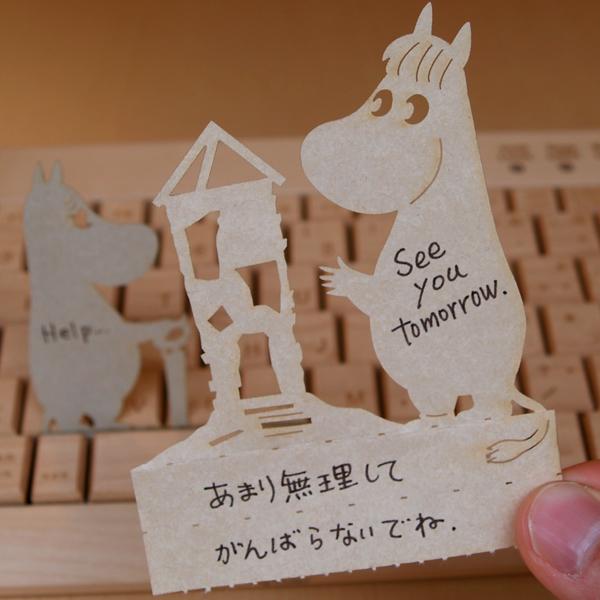 """パソコンのキーボードのキーのすき間に挟んで立てかけられるかわいい伝言メモ ハイモジモジ Deng On MOOMIN""""お家をつくろう"""""""