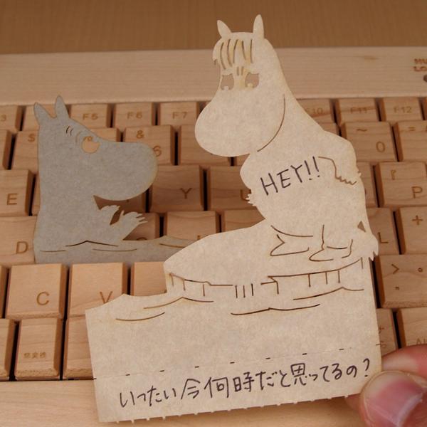 """パソコンのキーボードのキーのすき間に挟んで立てかけられるかわいい伝言メモ ハイモジモジ Deng On MOOMIN""""ふり向かせたくて"""""""