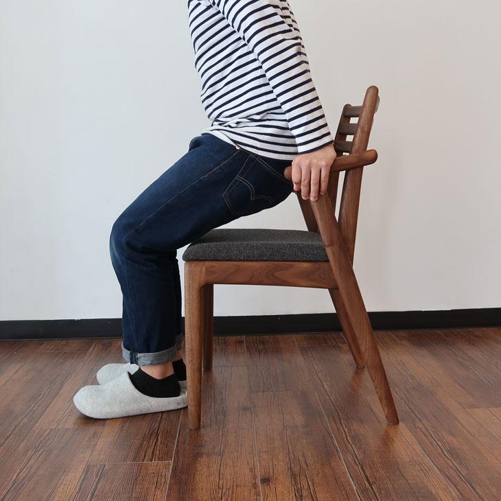 ハーフアーム ちょい肘 ダイニングチェア ウォールナット材 国産 頑丈 長く使える