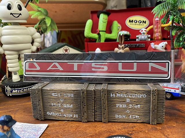 ダットサンのオフィシャルロゴステッカー(1959年ダットサン・デラックスセダン/042)