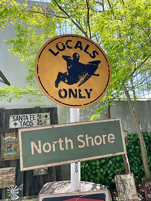 ハワイの道路標識のウッドサイン(ローカルオンリー)