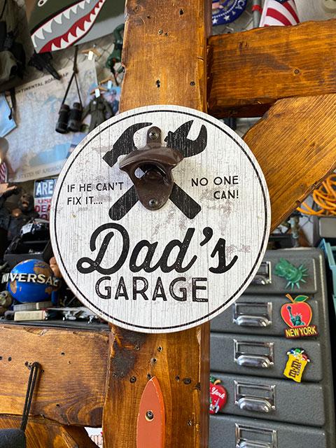 「お父さんのガレージ」のボトルオープナー付きパブサイン