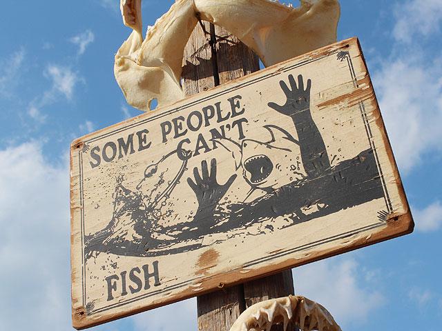 人食いサメに注意の木製看板