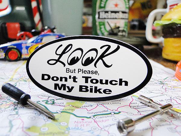 ムーンアイズの「私のバイクに注目!でも触らないでね!」ステッカー(通常タイプ・マイバイク編)