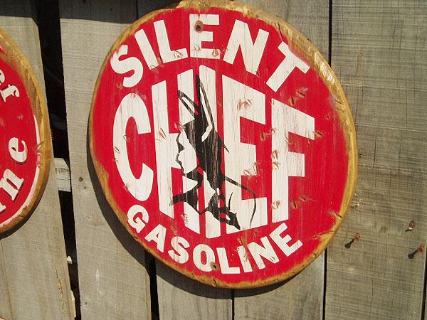 サイレント・チーフ・ガソリンの木製看板(バストアップ)
