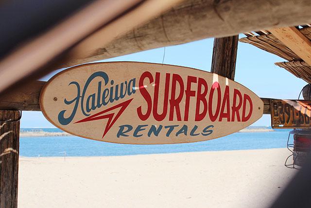 ハレイワ サーフボードレンタルの木製看板