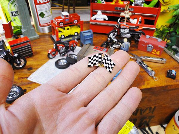 モーター系ブランドのピンバッジ(クロスチェッカーフラッグ) F1 モータースポーツ