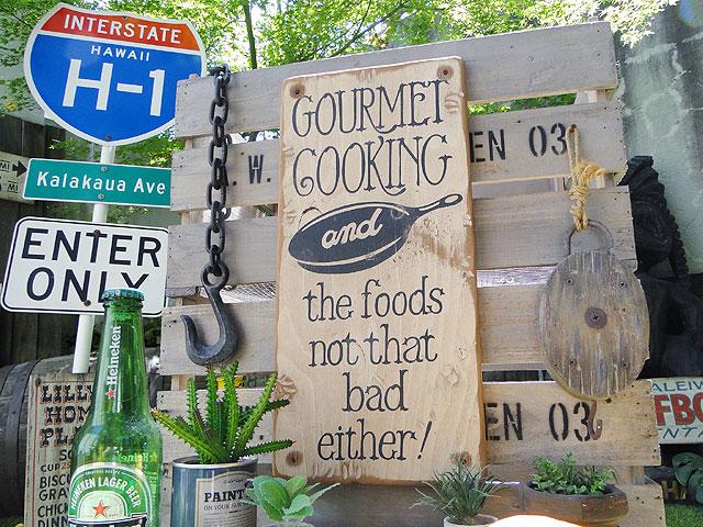 グルメクッキングの木製看板