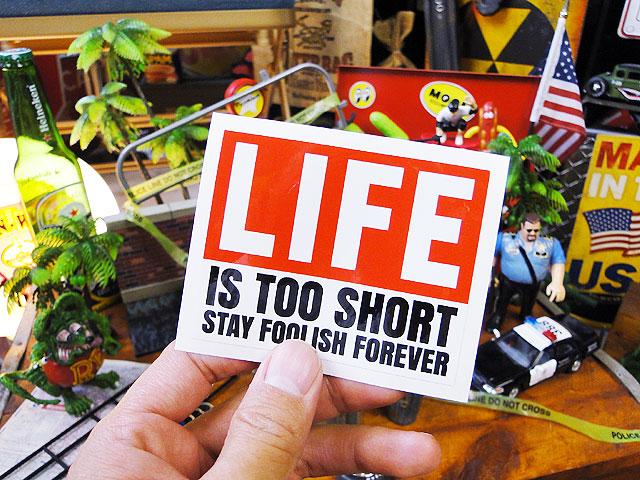 「人生はアッと言うまさ!さあバカになろうぜ!」のステッカーバッドアス・ステッカー#057