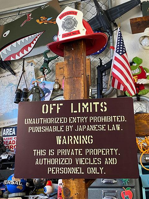 「世田谷ベースに貼ってある警告看板」のアルミサインボード 米軍基地の立入禁止看板