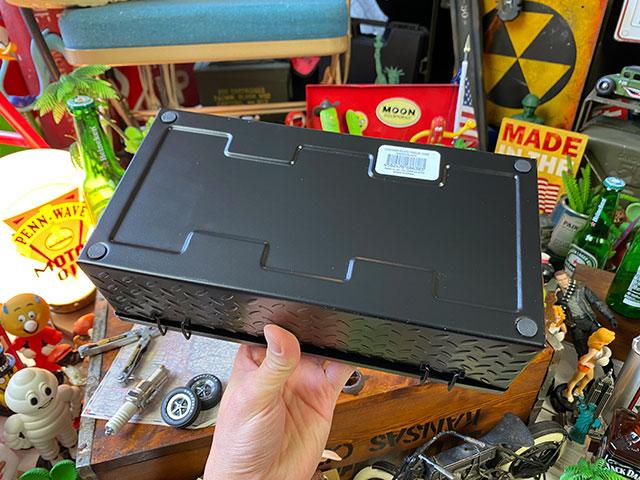 ガレージ鉄板柄のティッシュケース(ブラック)