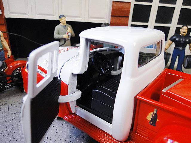 コカ・コーラ 1955年式 フォード F-100 ピックアップトラックのダイキャストミニカー 1/24スケール(自動販売機付き)