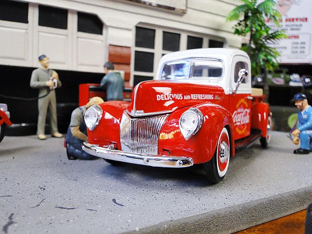 コカ・コーラ 1940年フォード・ピックアップのダイキャストモデルカー 1/24スケール(レッド×ホワイト)