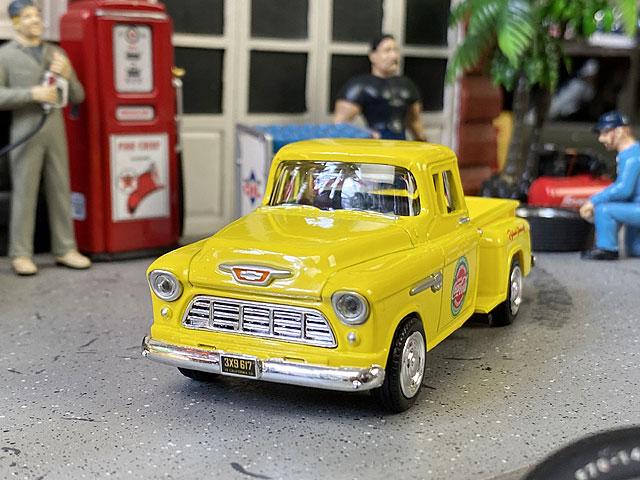コカ・コーラ 1955年式シボレー・ステップサイド・ピックアップのダイキャストミニカー 1/43スケール(イエロー)