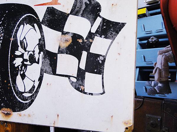 ダンロップ・チェッカーフラッグのU.S.ヘヴィースチールサイン