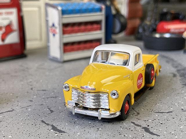 コカ・コーラ 1953年シボレー3100ピックアップのミニカー 1/72スケール(イエロー)