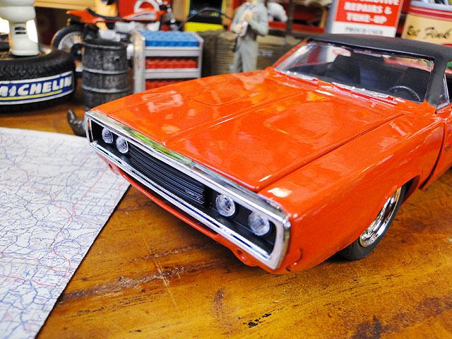 Jada 1970年ダッジ・チャージャーR/Tのダイキャストモデルカー 1/24スケール(オレンジ)