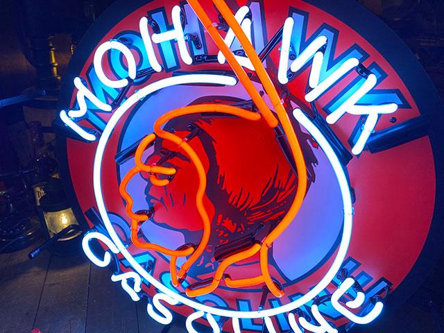 モホークガソリンのオフィシャルネオンサイン