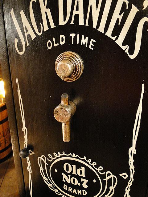 ジャック・ダニエルの金庫型キャビネット