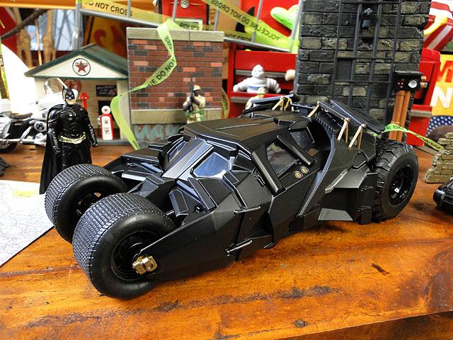 映画「バットマン ダークナイト」バットモービルのダイキャストモデルカー(バットマン付き)