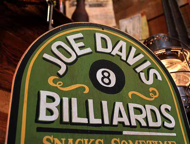 ジョー・デービス・ビリヤードの木製看板
