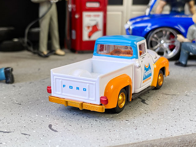 M2限定モデル ファンタ 1965年フォード・F-100トラックのミニカー 1/64スケール 限定3000台モデル(オレンジホイール)