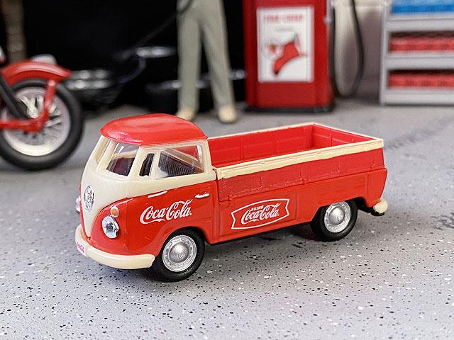 コカ・コーラ 1962年フォルクス・ワーゲン タイプ1 ピックアップのミニカー 1/72スケール(レッド×アイボリー)