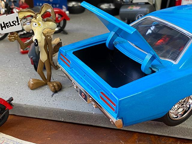 Jada ワイリー・コヨーテ&1970年プリムス・ロードランナーのダイキャストミニカー 1/24スケール(コヨーテフィギュア付き)