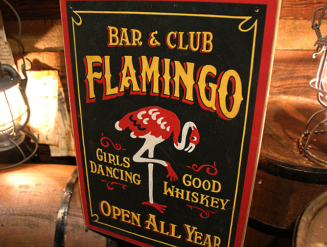 フラミンゴ・バー&クラブの木製看板
