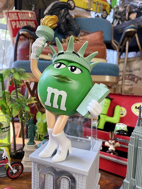 m&m'sワールド限定 自由の女神に変身したグリーンのチョコレートディスペンサー
