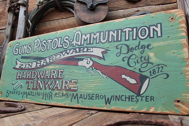 ガン&ピストル屋の木製看板