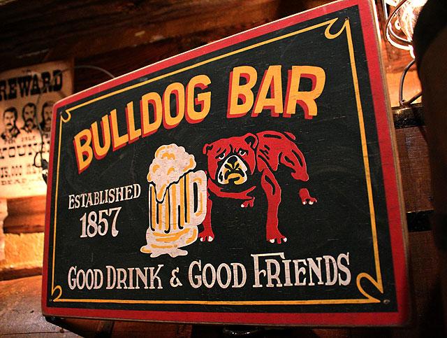 ブルドッグバーの木製看板