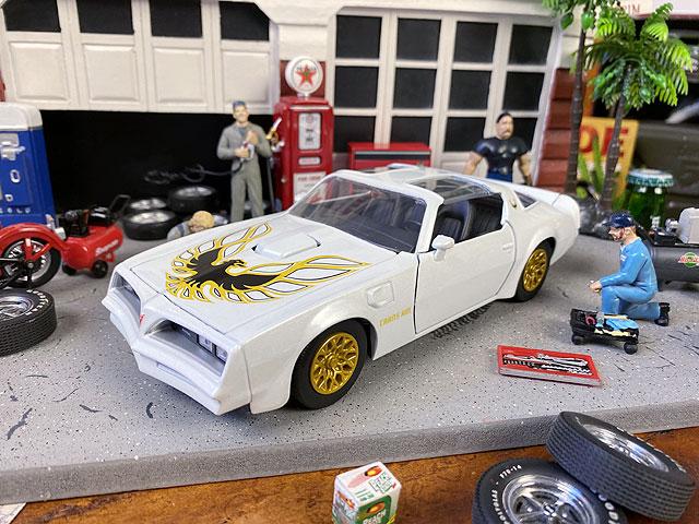 Jada 1977年ポンティアック・ファイヤーバードのダイキャストミニカー 1/24スケール(ホワイト)
