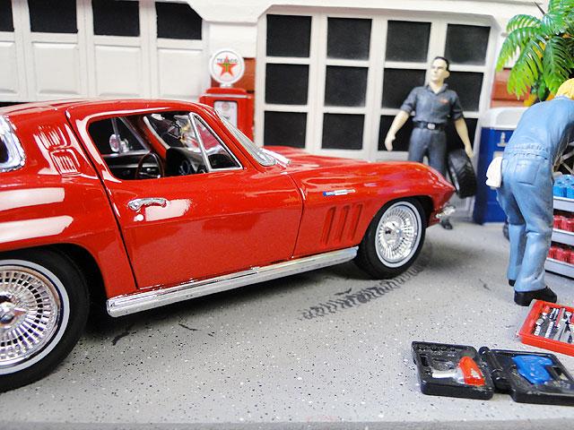 1965年シボレー・コルベットC2のダイキャストモデルカー 1/18スケール(レッド)
