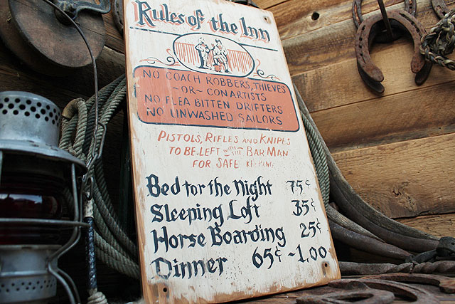 宿屋のオキテの木製看板