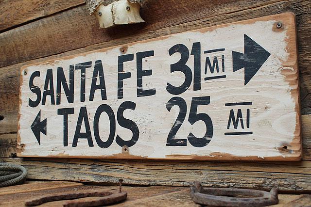サンタフェまで31マイルの木製看板