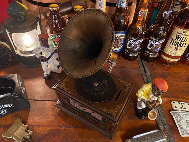 アンティーク蓄音機のブリキオブジェ