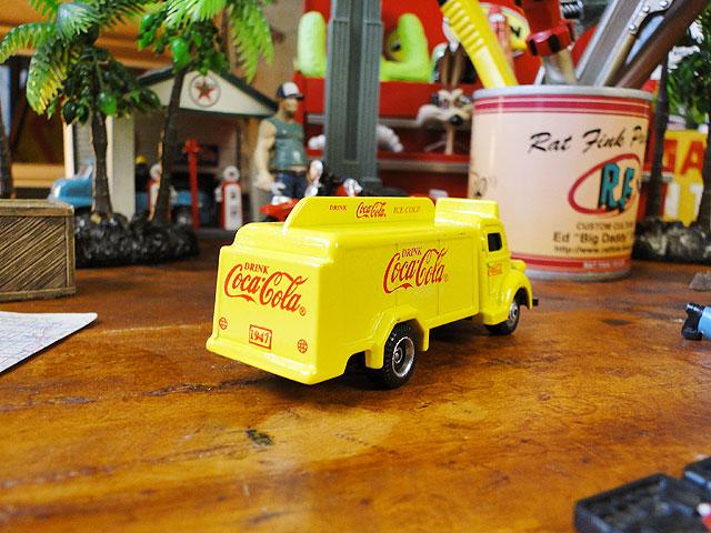 コカ・コーラ ボトルトラックのミニカー 1/87スケール(1947年モデル/イエロー)