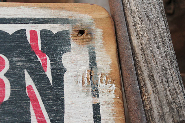 ロングブランチサルーンの木製看板