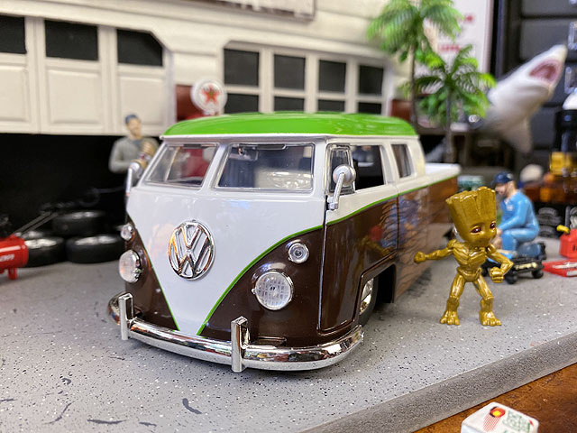 Jada マーベル ガーディアンズ・オブ・ギャラクシー 1963年ワーゲンバス・ピックアップのダイキャストモデルカー 1/24スケール(グルートのフィギュア付き)