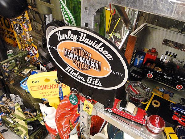ハーレーダビッドソンのモーターオイルキーラック