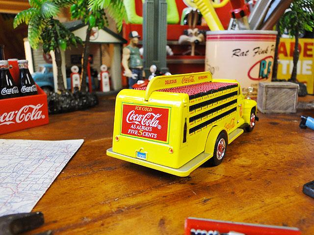 コカ・コーラ 1955年式ダイヤモンドTボトルデリバリートラックのダイキャストミニカー 1/50スケール(イエロー)